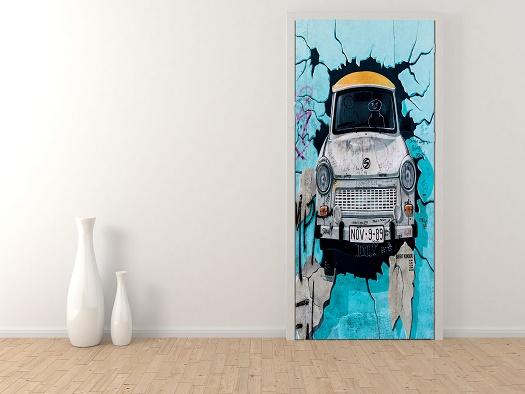 מדבקת טפט לדלת רכב יוצא מהקיר