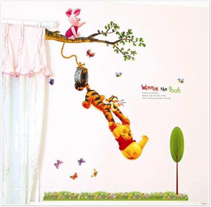 מדבקת קיר פו הדב נתלה על ענף